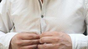 O homem abotoa a camisa branca vídeos de arquivo