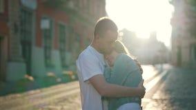 O homem abraça a menina nos raios de sol video estoque
