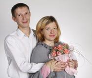 O homem abraça a mulher Fotos de Stock Royalty Free