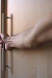 O homem abre por uma mão uma porta imagem de stock royalty free