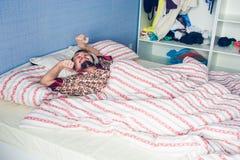 O homem acordou em sua cama Fotografia de Stock