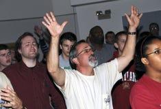 O homem adora o deus em uma missa imagens de stock royalty free