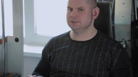 O homem adulto com excesso de peso executa a extensão do pé video estoque