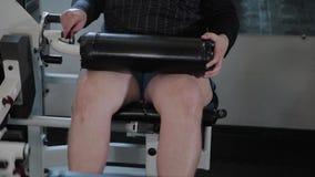 O homem adulto com excesso de peso executa a extensão do pé vídeos de arquivo