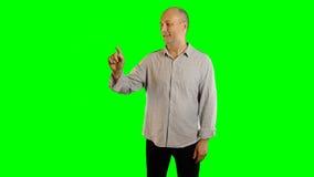 O homem adulto com gestos grandes do sorriso greenscreen o fundo Alpha Channel Anunciando o molde video estoque