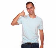 O homem adulto de sorriso que diz em você chama-me Imagens de Stock