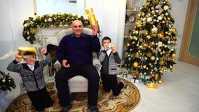 O homem adulto e a cabeça de família com os meninos com crianças olham e levantam para a câmera no humor do ` s do ano novo, na s video estoque