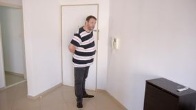 O homem adulto maduro farpado entra em um ramalhete escondendo do apartamento das flores vídeos de arquivo
