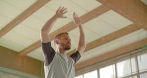 O homem adulto novo que faz jaques de salto exercita durante o exercício do esporte da aptidão Treinamento urbano industrial do G vídeos de arquivo