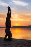 O homem adulto relaxa ao fazer a ioga exercita em s foto de stock royalty free