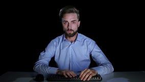 O homem aflige-se, chora-se de ler a letra no email estúdio filme