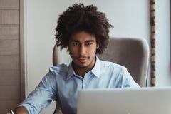 O homem africano trabalha no escritório fotos de stock royalty free