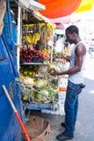 O homem afro-americano compra cocos Imagens de Stock Royalty Free