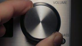 O homem ajusta o volume video estoque