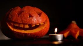 O homem ajustou um fogo da vela para a Jack-o'-lanterna de Dia das Bruxas vídeos de arquivo