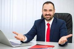 O homem alegre em um terno com um laço vermelho convida para cooperar imagem de stock