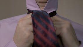 O homem amarra acima seu laço vermelho manhã do homem de negócios que vai trabalhar video estoque