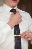 O homem amarra um laço Imagens de Stock