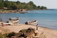 O homem anda ao longo da praia Imagens de Stock