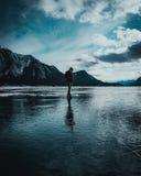 O homem anda através de um lago congelado fotografia de stock royalty free