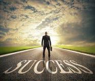 O homem anda em uma maneira do sucesso Conceito da partida bem sucedida do homem de negócios e da empresa fotografia de stock