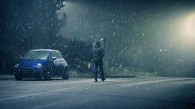 O homem anda na estrada em congelar o tempo nevado video estoque