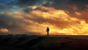 O homem anda no horizonte com Cloudscape épico video estoque