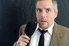 O homem ansioso fala no microfone Imagem de Stock Royalty Free