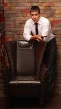 O homem ao lado da cadeira. Foto de Stock Royalty Free