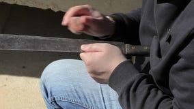 O homem aponta o machete vídeos de arquivo
