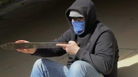 O homem aponta o machete em exterior filme