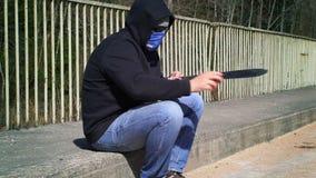 O homem aponta o machete na ponte vídeos de arquivo