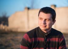 O homem aprecia feixes do sol da mola Foto de Stock