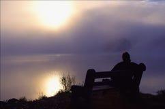 O homem aprecia a manhã calma pelo lago Fotografia de Stock Royalty Free