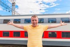 O homem aprecia o trem do ônibus de dois andares como uma criança Imagem de Stock Royalty Free