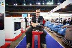 O homem apresenta máquinas da limpeza Imagem de Stock Royalty Free