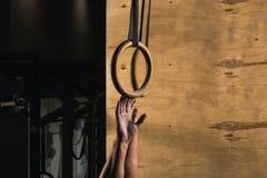 O homem apto do anel do mergulho prepara-se para malhar no exercício de mergulho do gym Fotografia de Stock