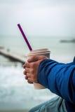 O homem aquece suas mãos com café afastado fotos de stock royalty free