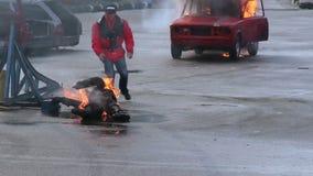 O homem ardente cai na terra, conluio do fogo, salvamento Part2of3 filme