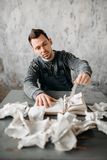 O homem arrepiante estranho rasga as folhas do livro Foto de Stock Royalty Free