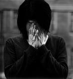 O homem asiático cobriu os olhos com as mãos Fotos de Stock Royalty Free