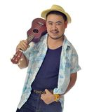 O homem asiático feliz leva o fundo do isolado da uquelele Imagem de Stock