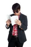 O homem asiático leu um livro Imagens de Stock