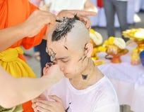 O homem asiático que seja monge que barbeia o cabelo para seja ordenado a m novo foto de stock royalty free