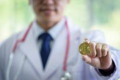 O homem asiático superior do cientista tem guardar o bitcoin imagens de stock
