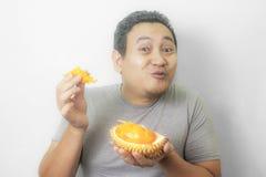 O homem asi?tico engra?ado aprecia o fruto do Durian imagens de stock