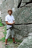 O homem assegura a segurança do montanhista Foto de Stock