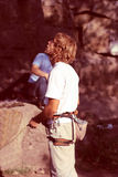 O homem assegura a segurança do montanhista Imagens de Stock Royalty Free