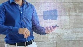 O homem ativa um holograma conceptual de HUD com padrões do texto filme