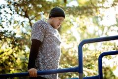 O homem ativo considerável saudável com o corpo muscular do ajuste que faz o exercício exercita foto de stock royalty free